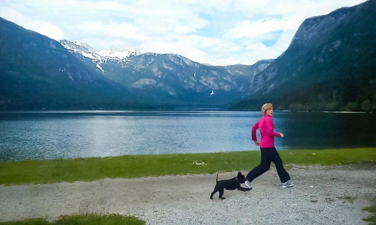 AVON Deutschland Geschäftsführerin Nina Sebecic Crnolatac beim Joggen in den Bergen