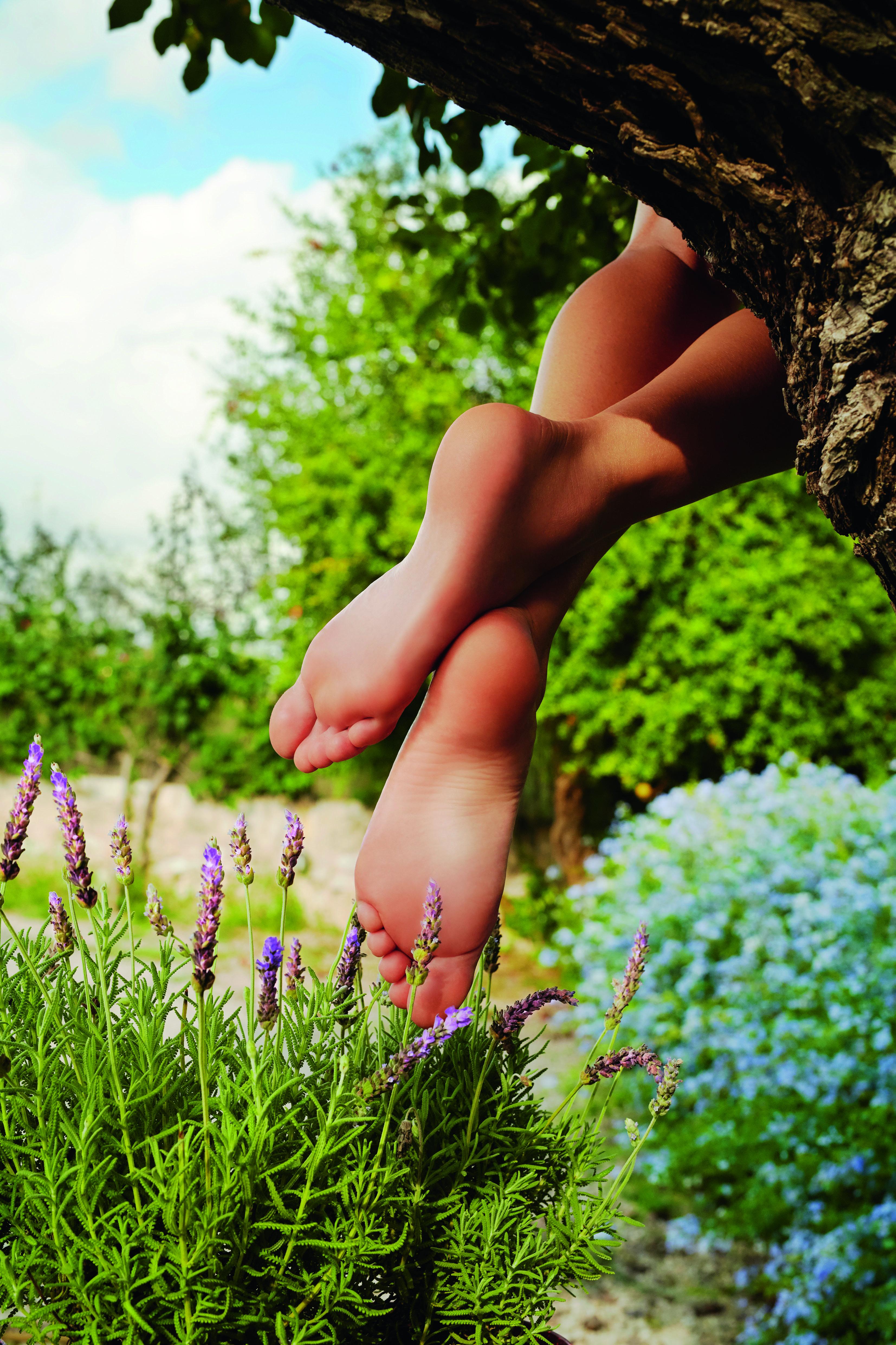 Barfuß laufen kräftigt den Fuß und sorgt für gesunde, schöne Füße. Das Laufen auf unterschiedlichen Untergründen, wie Wald- oder Wiesenboden fördert außerdem die Achtsamkeit.