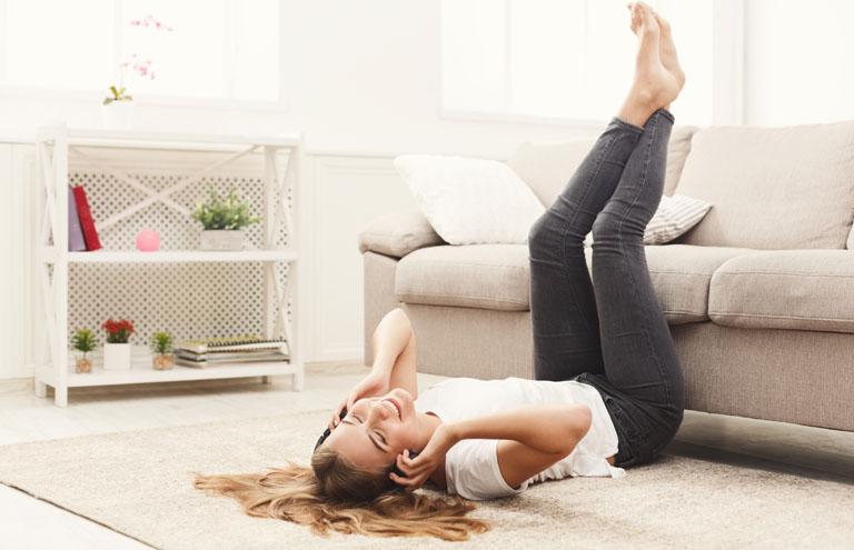 Nach der Arbeit einfach mal auf den Boden legen und die Beine rechtwinklig auf einem Stuhl oder Sofa ablegen und die Zehenspitzen zu sich herziehen und von sich wegstrecken - das hilft beim relaxen und sorgt für eine gute Durchblutung.