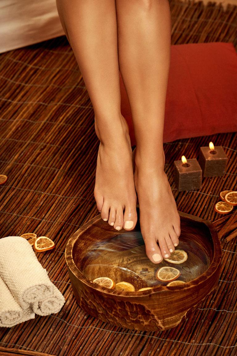 Fußbäder entspannen, sorgen für schöne Füße, können aber auch heilende Wirkungen haben. Die Temperatur des Fußbades ist hier entscheidend.