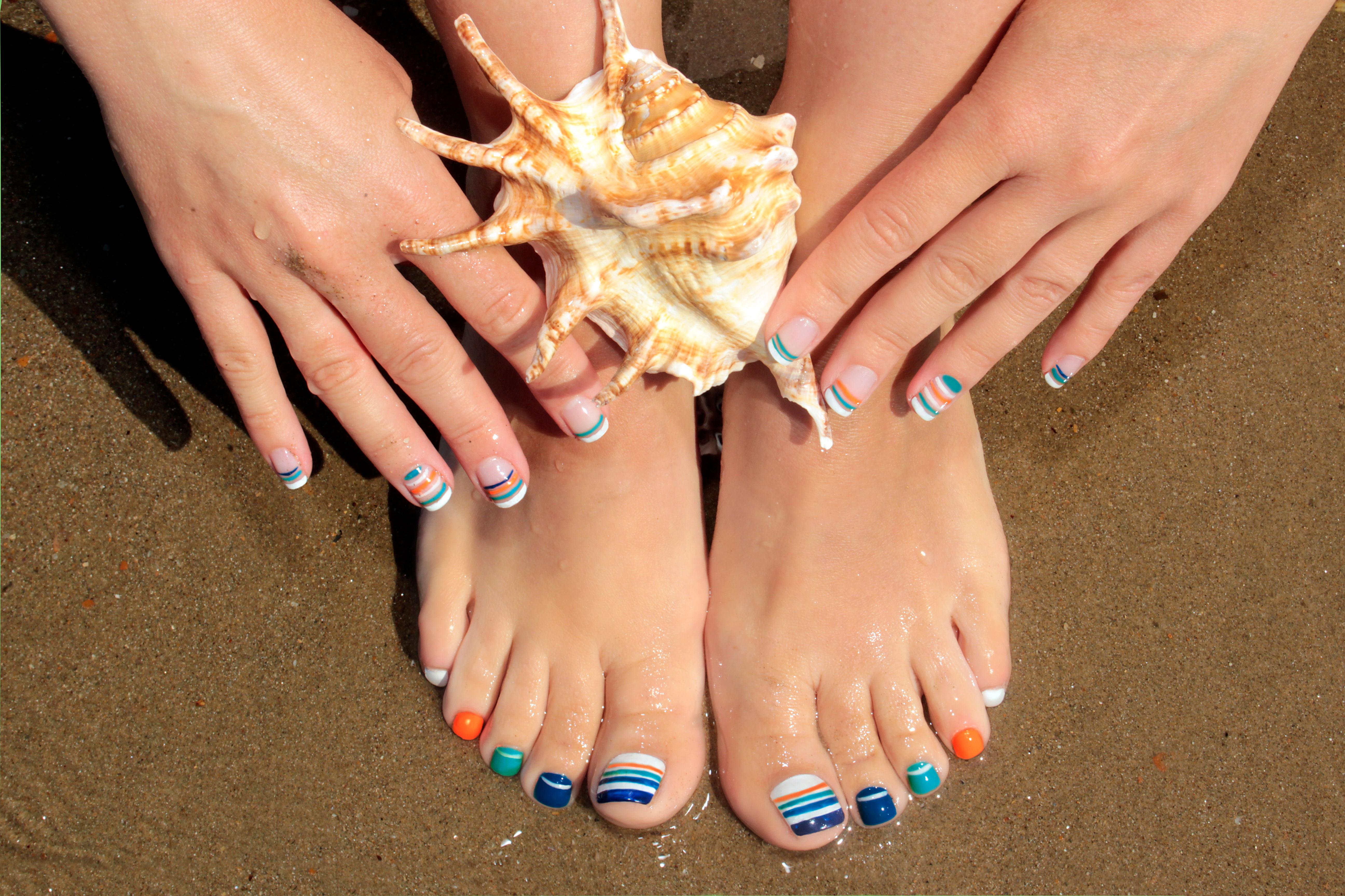 Im Sommer darf es auch auf den Fußnägel knallig bunt zugehen. Bunte Nagel-Designs setzen schöne Füße perfekt in Szene - ob in Sandalen oder barfuß am Strand.