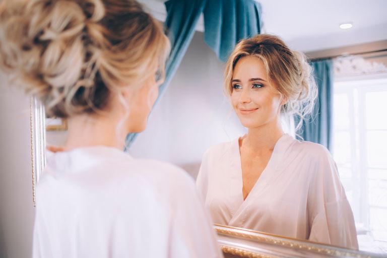 Die 1…2…3… Gute Laune-Übung: bitte lächeln! Sich 1 Minute im Spiegel anlächeln bewirkt Wunder.