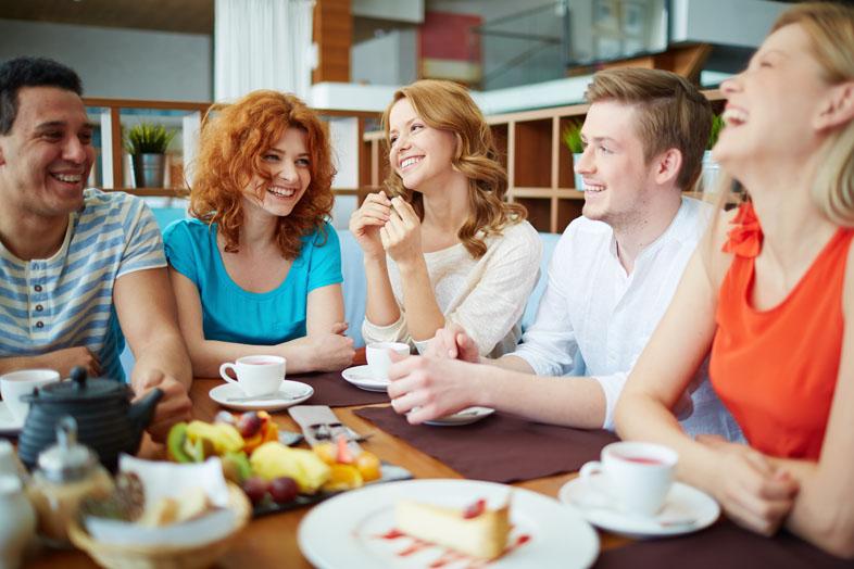 """Lächeln signalisiert den anderen """"Ich mag dich"""", """"alles in Ordnung"""". Und wenn dann einer den anderen ansteckt, ist gute Stimmung vorprogrammiert - egal ob in deinem Job oder in deinem Privatleben"""