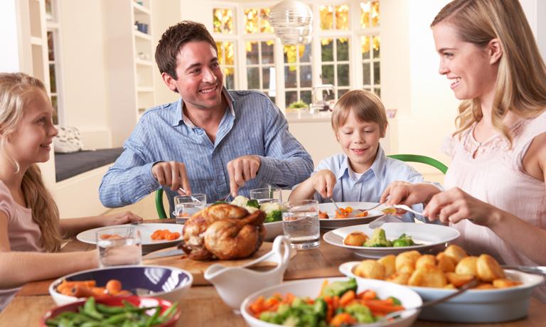 """Gespaltene Ansichten gibt es zum Thema """"Spätes Essen"""" - am besten auf das eigene Gefühl hören"""