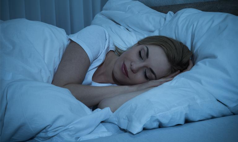 Immer zur gleichen Zeit ins Bett zu gehen unterstützt den natürlichen Schlafrhythmus