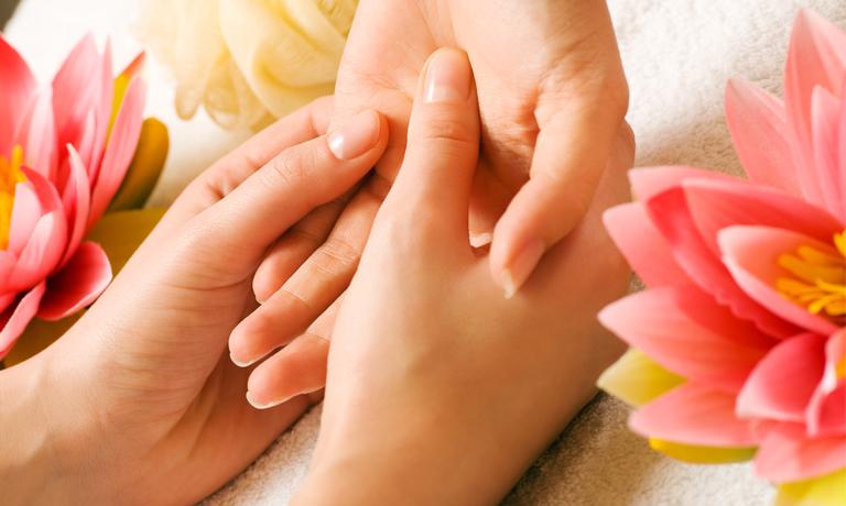 Eine Handmassage mit Massageöl macht nicht nur weiche Hände, sondern tut auch der Seele gut