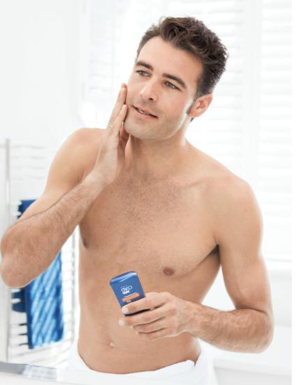 Mann reinigt Gesicht