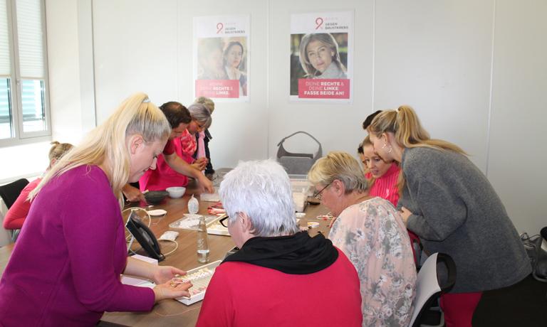 Gemeinsam für den guten Zweck: das Perlenfädeln für die Pink Day-Armbänder