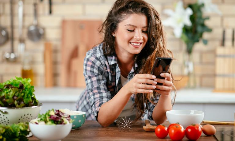 Gesunde Ernährung gehört zu den Glücksstrategien für einen fitten Körper
