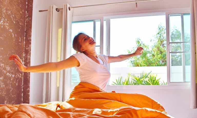 Gut schlafen in der Sommerhitze - dafür sorgt richtiges Lüften